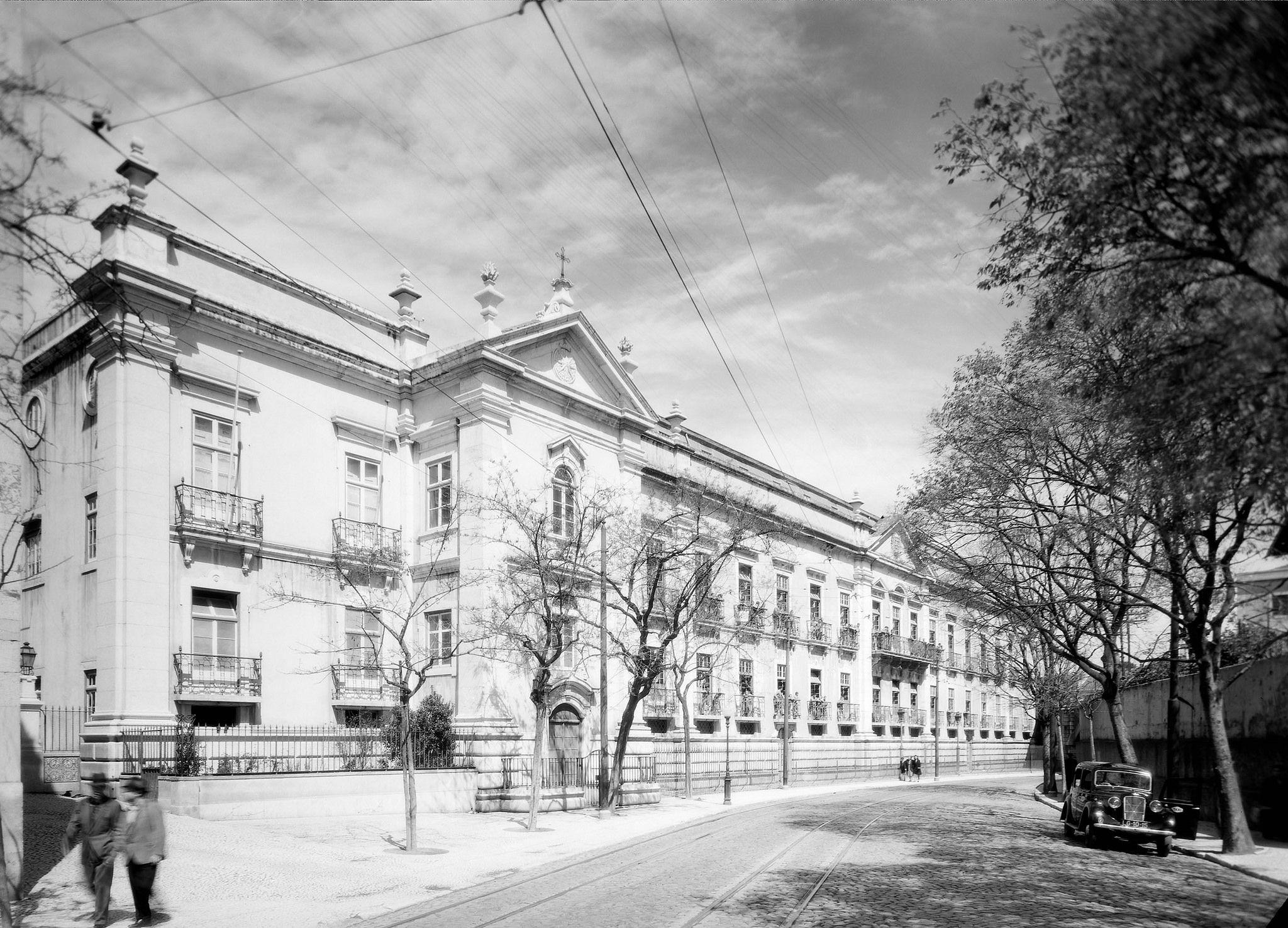 https://flic.kr/p/orNvS2 | Palácio dos Marqueses de Nisa, Lisboa, Portugal | Fachada. Situado na Rua da Madre de Deus.   Fotografia sem data. Produzida durante a atividade do Estúdio Horácio Novais, 1930-1980.  [CFT164.163050.ic]
