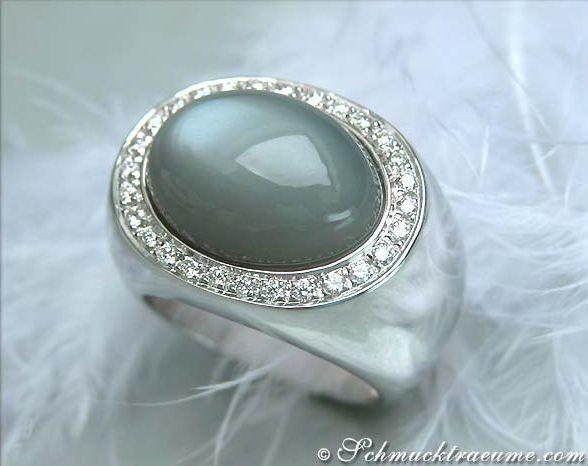 JY: Heavy Moonstone Ring with Diamonds »Jewelry Schmucktraeume.com