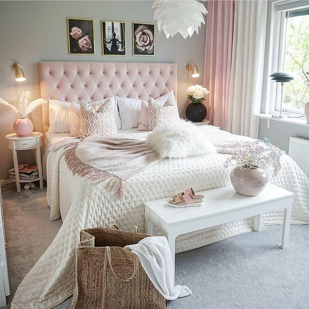 Romantisches Schlafzimmer Mit Rosa Boxspringbett Vor Grauer Wand