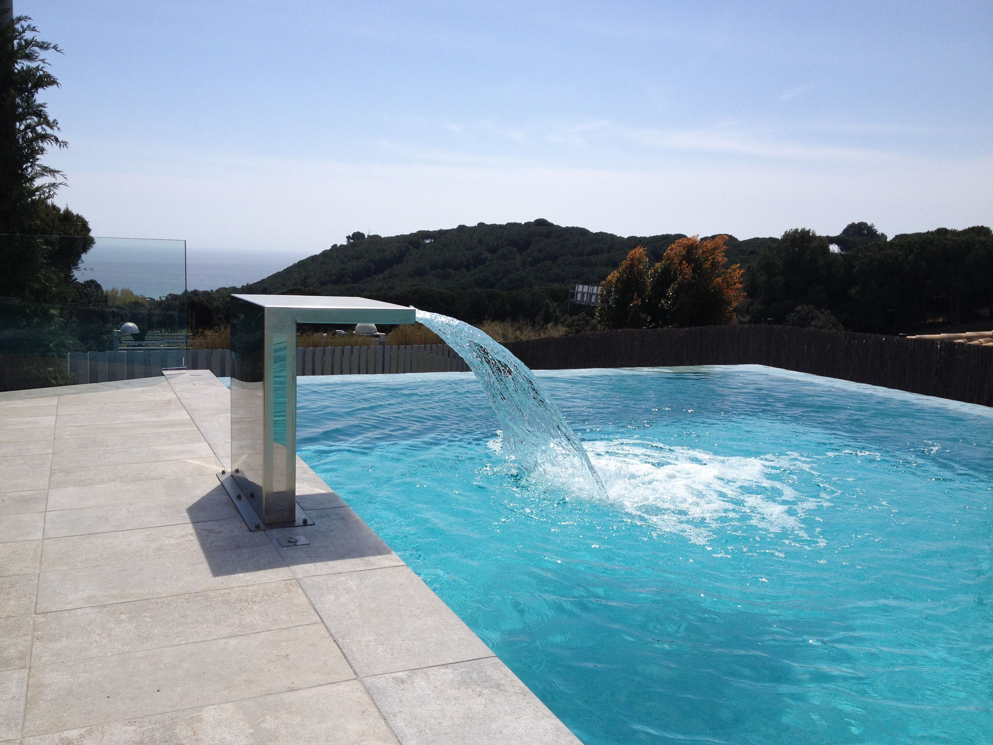 Piscina desbordante en sant vicen de montalt con cascada for Cascadas de piscinas