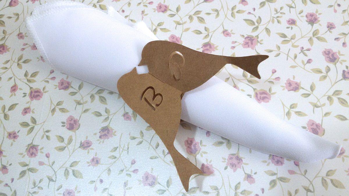 Porta Guardanapo Confeccionado em papel kraft 200g, pode ser feito com recorte das iniciais do casal ou sem, de acordo com a sua preferência.  Papel Kraft 200g Diâmetro para colocar o guardanapo: 3,5cm  Medida dos passarinhos: 7cm de altura Tabela de cores na última foto do produto!