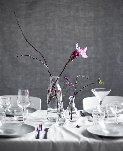 Eine tischdeko aus zweigen in glasvasen rund ums tisch for Ikea tischdeko