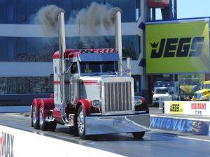 Camión expulsando humo
