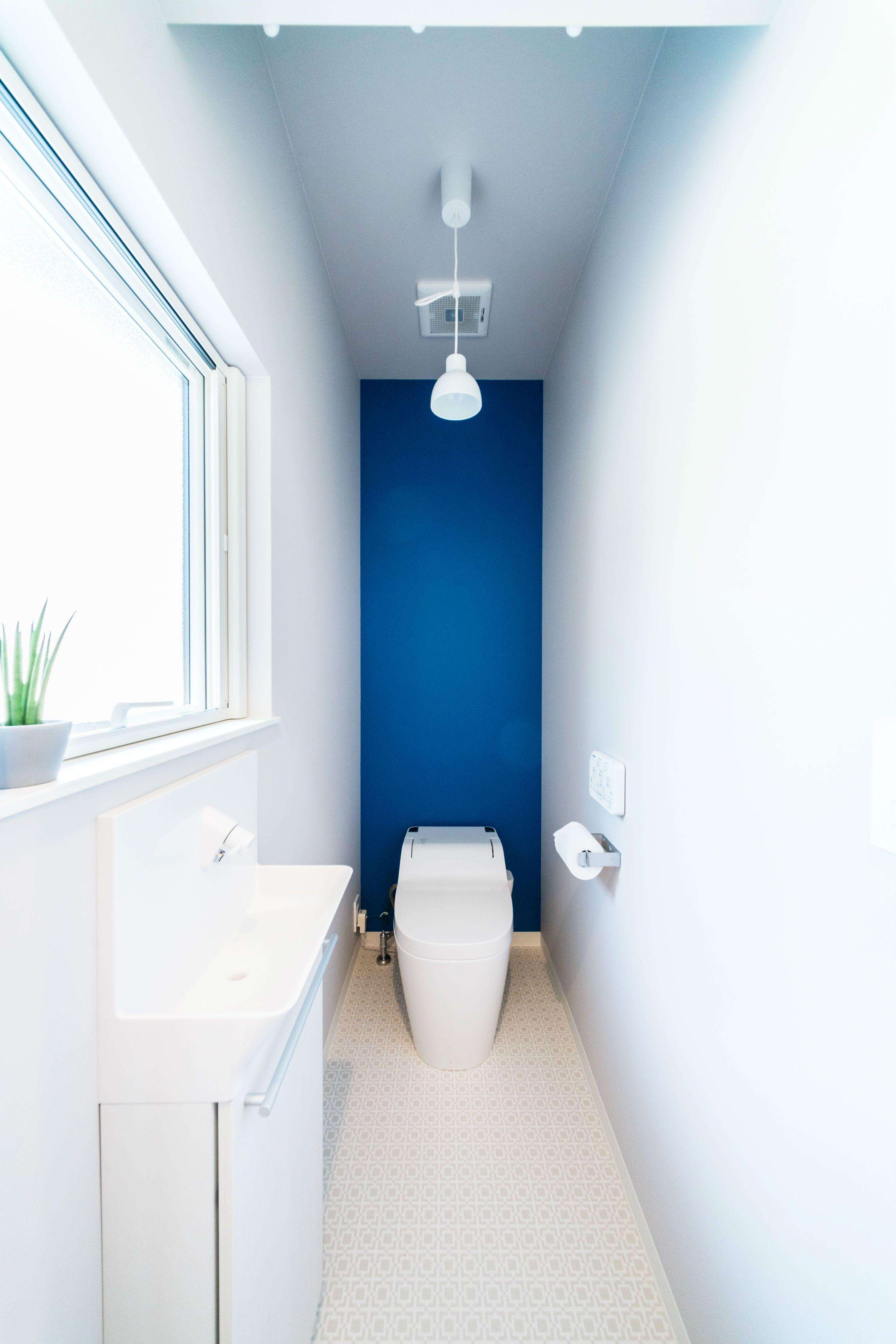 発色のいいブルーのアクセントクロス ルポハウス 設計士とつくる家