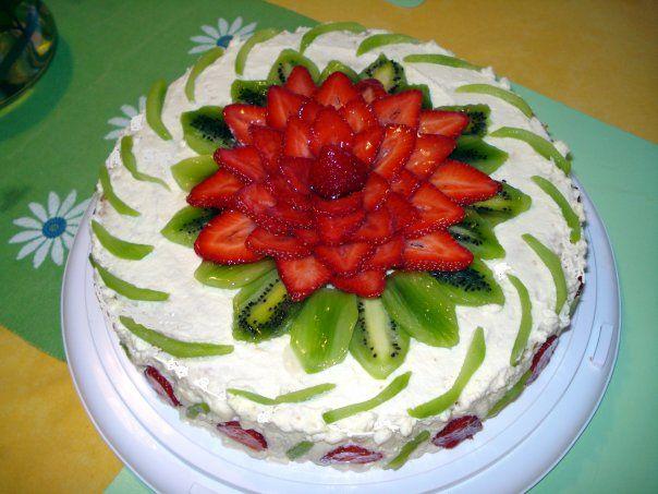 Украсить торт клубникой и бананом