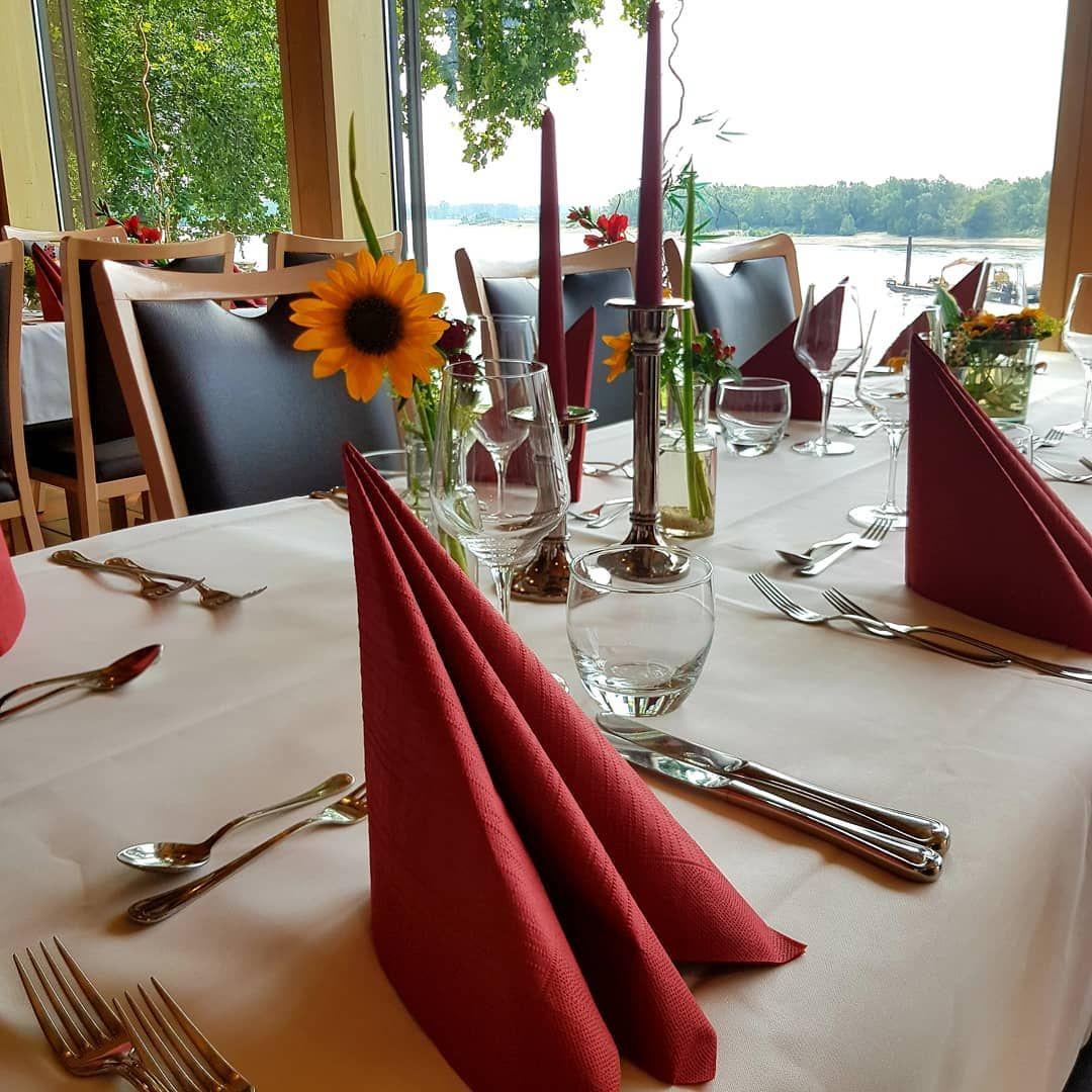 Gedeckter Tisch ????  #zurarche #rhein #g��tterswickerhamm #geburtstag #feiern #gedecktertisch #menü #wein #ausblick #genießen #gedecktertisch