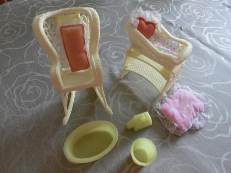 Hier wird Zubehör für Barbie verkauft. Das Baby mit Anziehsachen und  die Wiege mit Kissen. Ein Schaukelstuhl für die Barbie mit Kissen. Baby Badewanne, Windeleimer und Waage. Alles gebraucht. Abholung in 32425 Minden oder Versand per Hermes zu 5,50 €