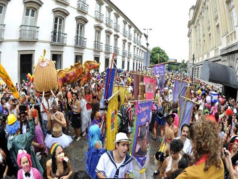 """O Cordão do Boitatá vai fazer a festa na região central do Rio de Janeiro no dia 2 de março. A concentração do bloco é às 8h no entroncamento da Rua do Mercado com a Rua do Ouvidor. Criado em 1996, o Cordão do Boitatá vem animando os foliões com ritmos que exaltam a cultura...<br /><a class=""""more-link"""" href=""""https://catracalivre.com.br/rio/samba/gratis/cordao-do-boitata-desfila-pelo-centro-do-rio-de-janeiro/"""">Continue lendo »</a>"""