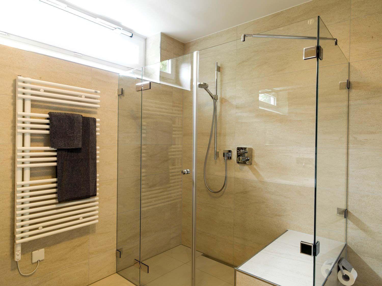 Dusche Groß Mit Viel Platz Für Eine Sitzbank