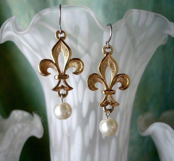 Vintage Fleur de Lis avec Blanc Perle Larme Dangle Earrings