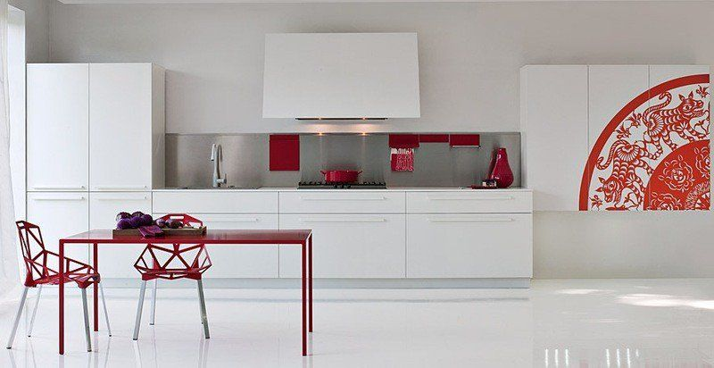 cuisine-rouge-grise-armoires-blanches-crdence-grise-accents-rouges