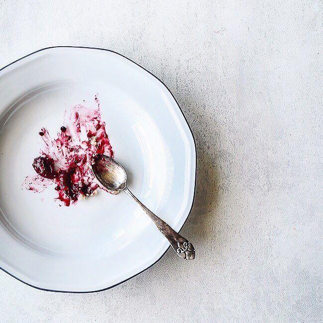 Og væk var den  Snup dit stykke af mørdejstærte med hindbær brombær stikkelsbær og toppet med sprød mandelmelscrumble ovre på bloggen  #cake #treat #sweet #louiogbearnaisen #recipe by louiogbearnaisen
