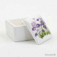 Preciosa vela presentada en una refinada caja de cerámica con diseño floral. Pon un toque de elegancia en tu boda perfecta.