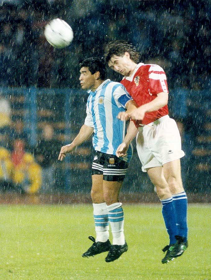 Maradona Retro Pics On Twitter Retro Pictures Football Sports