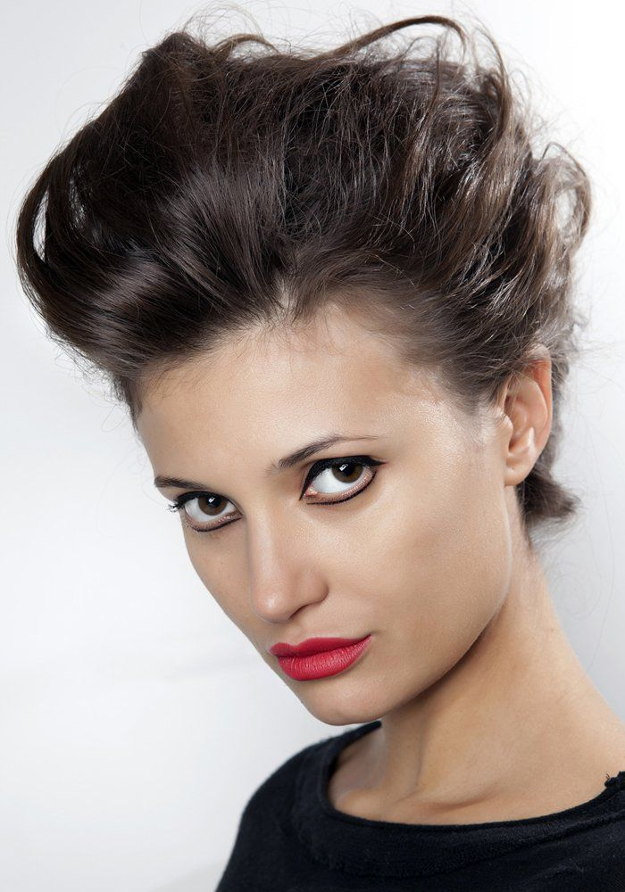Zoom sur le chignon rétro, version banane ou rockabilly