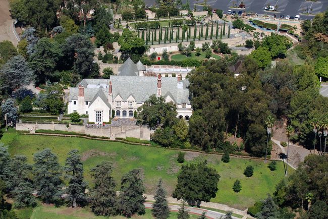 The Doheny Mansion In Beverly Hills Ca Is A Tudor Style Home Designed By Architect Gordon Kaufman For Edward Doheny J Mansions Celebrity Houses Beverly Hills