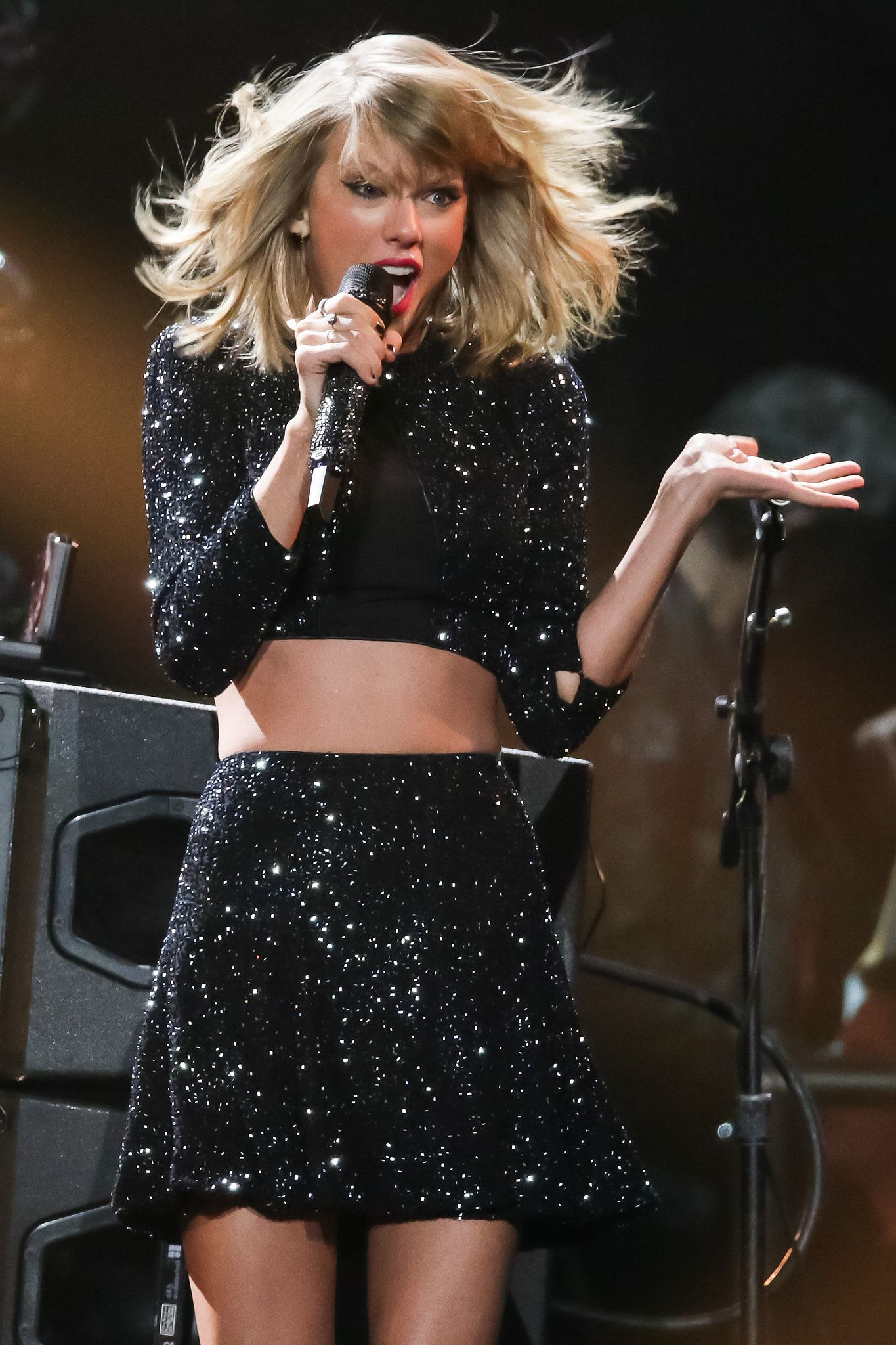 Taylor Swift shook those kissing rumours off during a performance in Los Angeles.