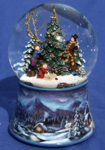 Musical Snow Globe With Family Decorating The Xmas Tree Amazon Co Uk Kitchen Home Christmas Snow Globes Snow Globes Musical Snow Globes