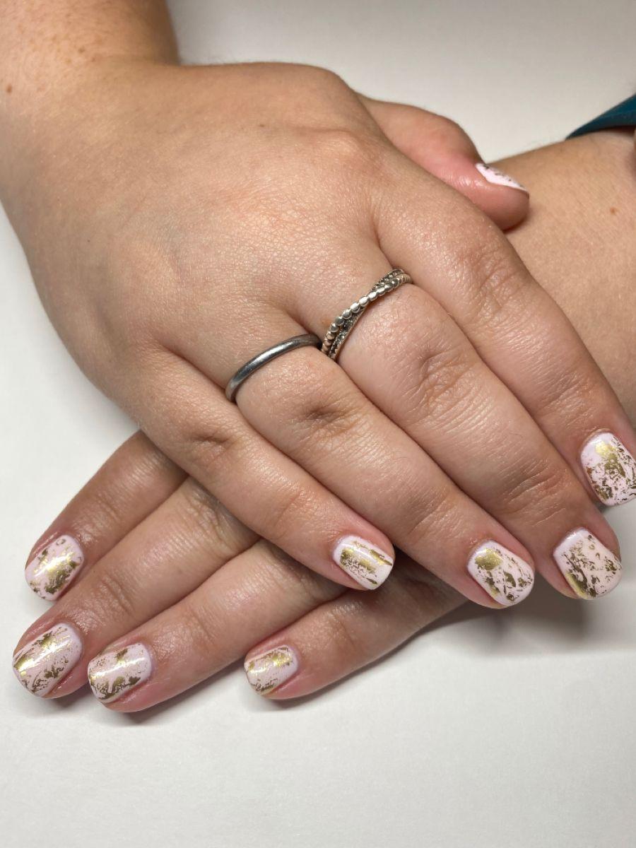 #foilnailart #palepink #nails #nailart #nailsofinstagram #nailsdesign #nailstagram #naturalnails #simplenailart #simplenaildesigns #goldfoilnails