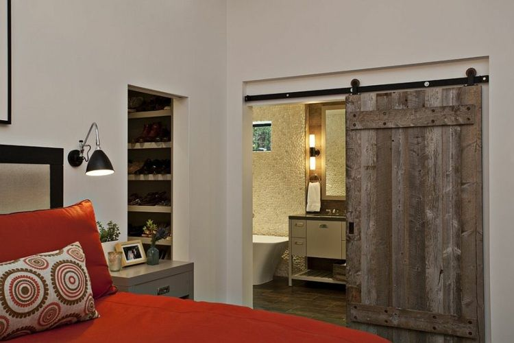 Lovely schlafzimmer scheunentor landhausstil bett rot bettwaesche kleiderschrank schuhe bad