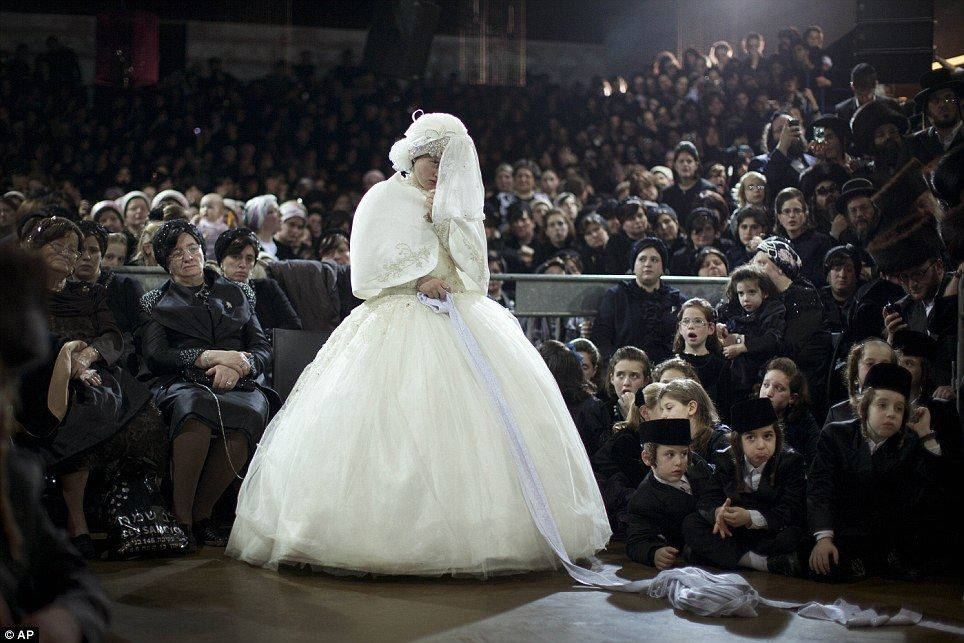 Life Imitating Art Amazing Spectacle Of Traditional Orthodox Jewish Wedding That Looks More Like An Old Master S Painting Jewish Wedding Jewish Bride Orthodox Wedding