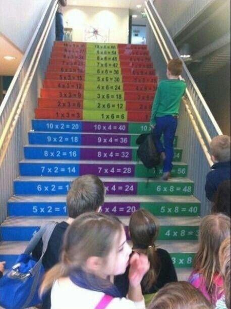 Esta escuela pintó las tablas de multiplicar en las escaleras. ¡Buena idea para aprender!