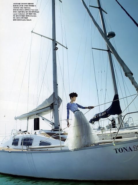 Love this skirt, the whole look is amazing! Imagine Christmas on your yacht! Compliments of Korean Vogue