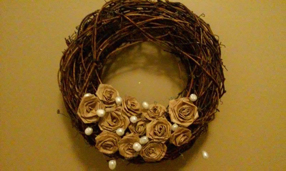 Ovikranssin ruusut paperipussista leikatuista suikaleista
