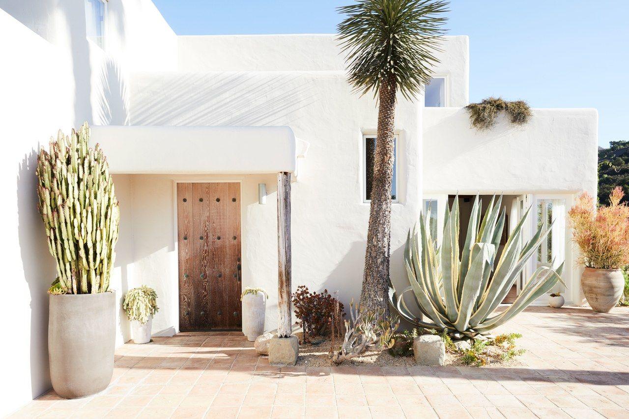 A Georgia O Keeffe Aura Fills This Santa Barbara Pueblo Revival Desert Homes Adobe House House Exterior
