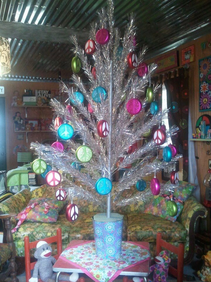 Pool Place Christmas Trees Part - 15: Old Vintage Christmas Tree With Peace Sign Ornaments Decorate The Pool House