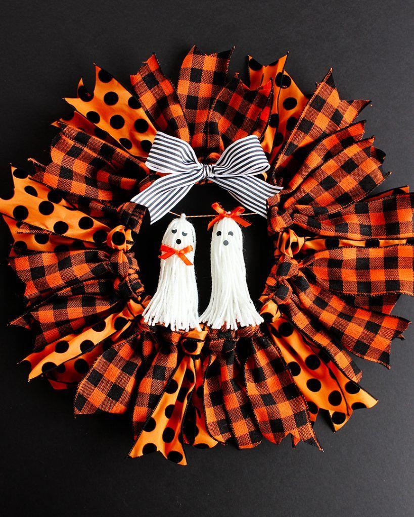 Halloween Ribbon Wreath - Easy DIY Halloween wreath tutorial! #halloweenwreaths