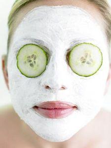 Mascarilla de Bicarbonato: Hacer una pasta espesa con bicarbonato de sodio y agua y masajear esto con cuidado en toda la cara durante 10 minutos, limpia con agua. Mejores usos: brotes de espinillas