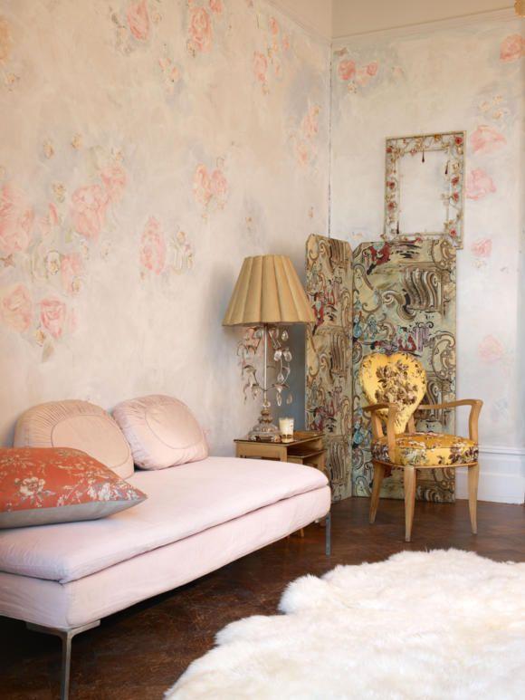 Caroline atkins interior s | Romantischer Salon mit Rosentapete, Foto: GAP Interiors/Graham Atkins ...