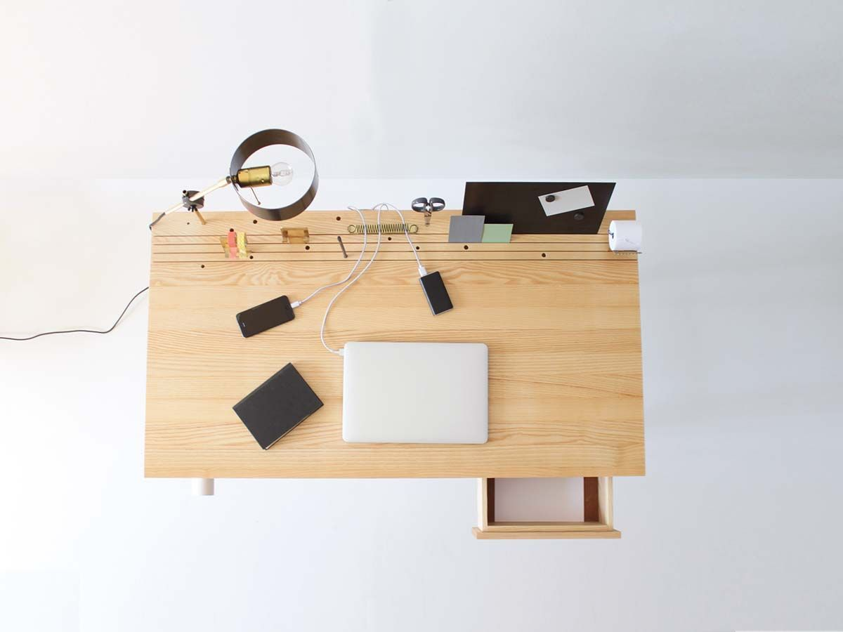 A desk inspired on the design of the ubacktobasicu lamp just