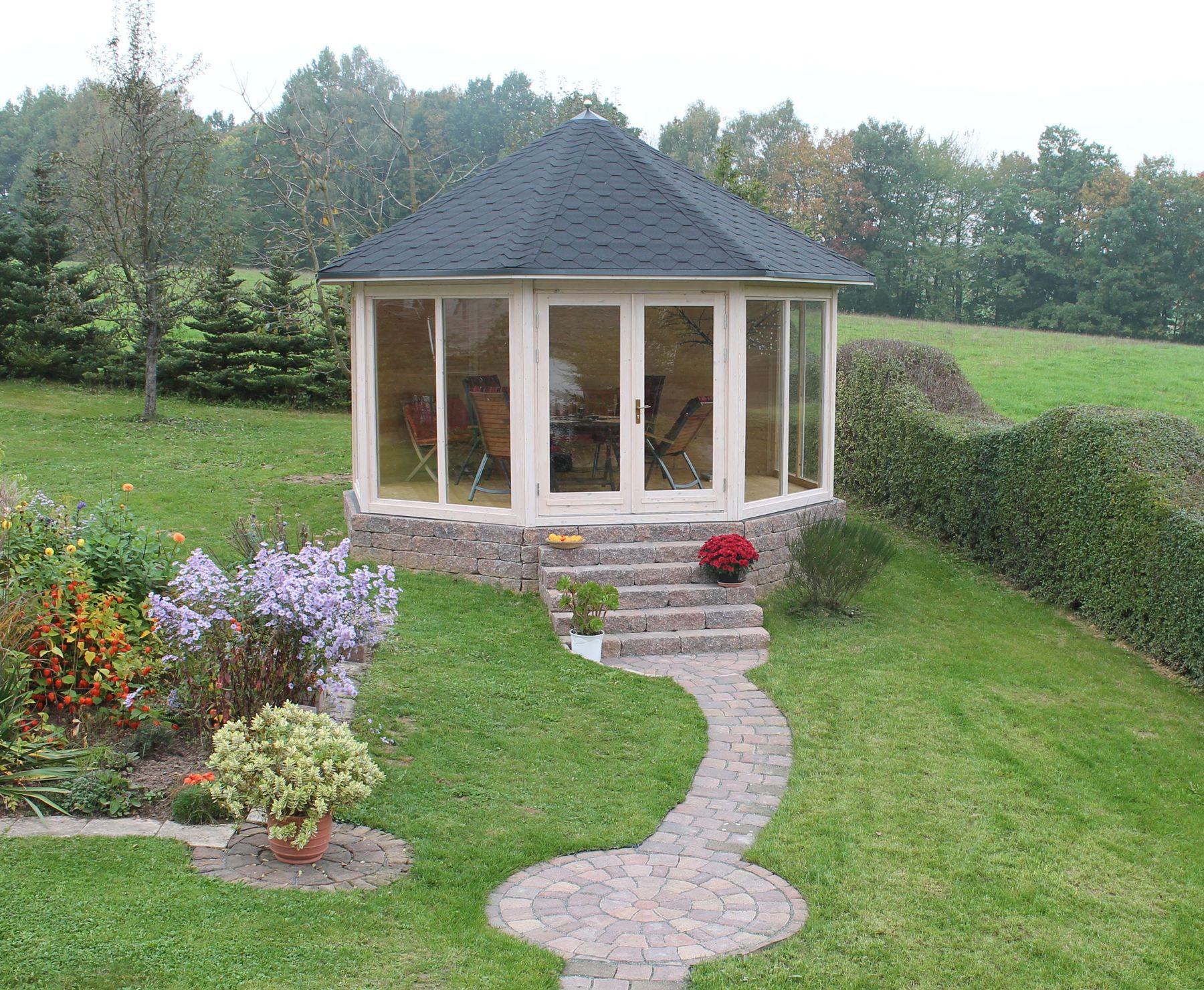 Gartenpavillon mit bodentiefen Fenstern auf einem