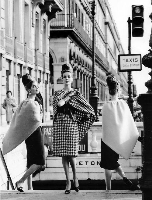 Los modelos llevan vestidos y capas de Pierre Cardin fotografiado por Rico Puhlmann para la revista Stern, marzo de 1962.