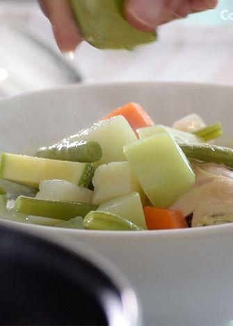 Receta de caldo de pollo. El clásico de los caldos, aprende a preparar el mejor caldo de pollo para lucirte en la próxima comida familiar.
