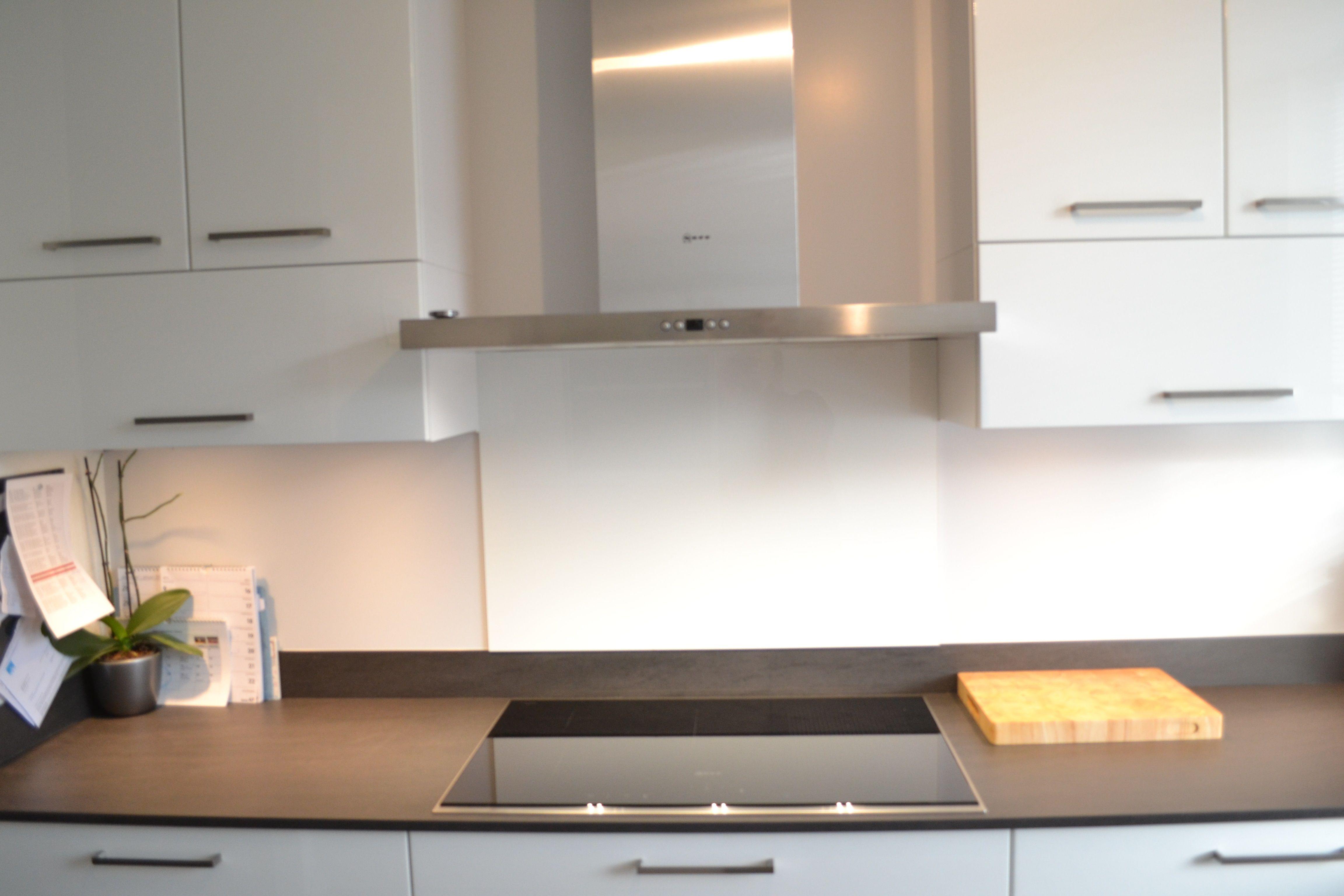 Strakke hoogglans keuken met mooie lijnen en dun werkblad