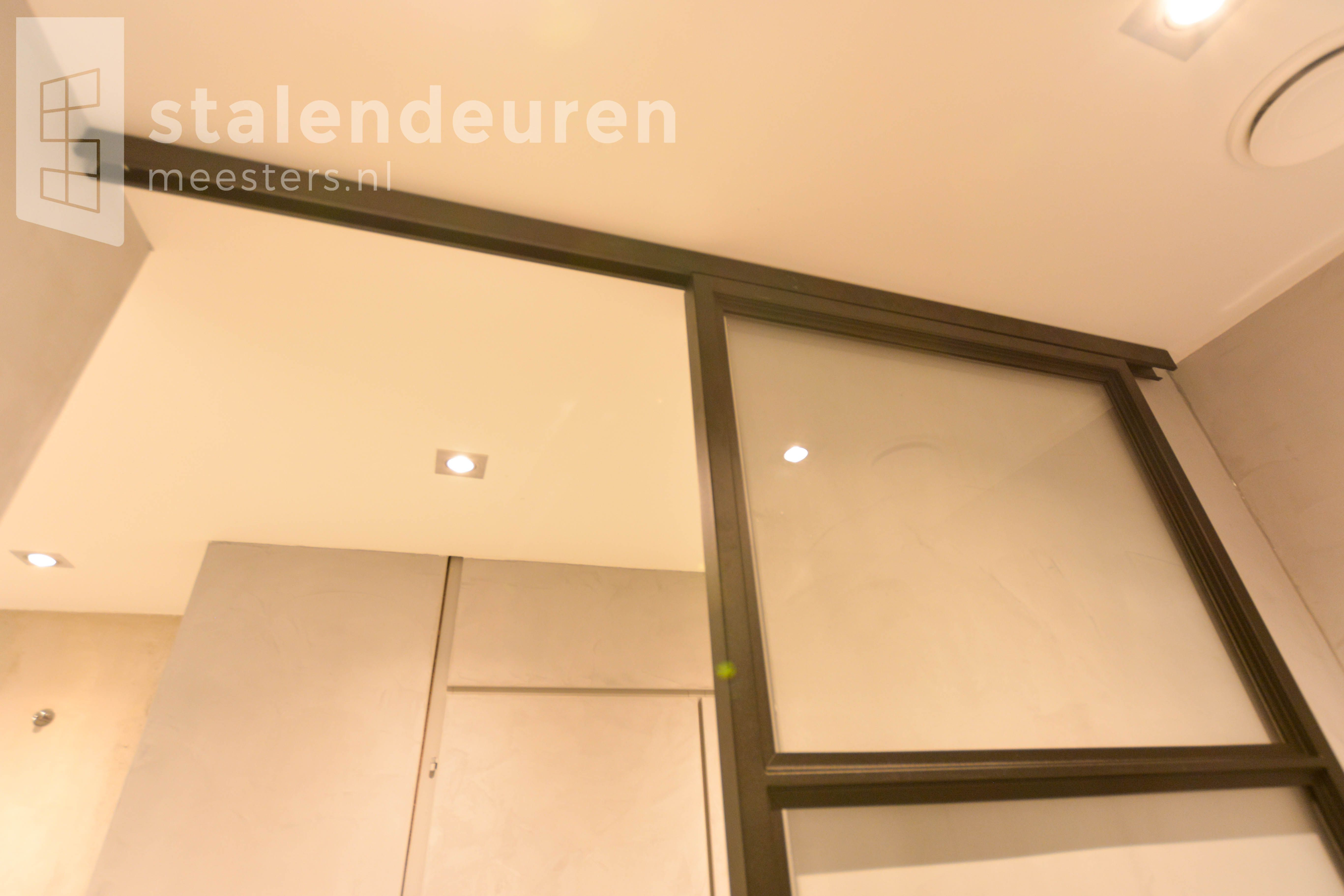 Schuifdeur Voor Badkamer : Stalen schuifdeur voor in de badkamer interieur stalendeuren
