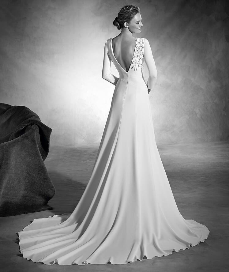 nagore - vestido de novia en crepe, manga larga y flores en pedrería