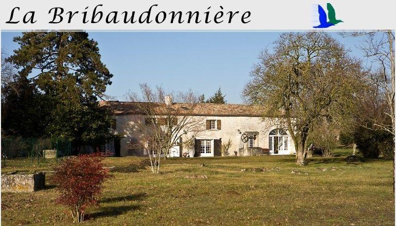 La casa si trova nel comune di St. Palais de Phiolin in Charente-Maritime Haute Saintonge.  E' una tipica costruzione charentese in pietra bianca  in mezzo alla campagna e vicina a strade di grande comunicazione (R.N. 137 e A10) e si trova sul cammino di Compostela.