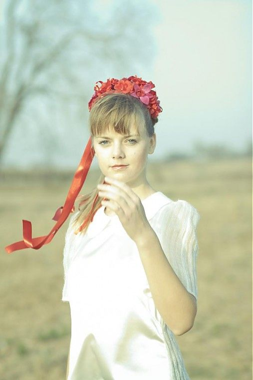 Venček je zhotovený z prevažnej časti z červených kvetov a kde tu sa vyskytujú aj kvety cyklaménovej farby. Venček nie je uzatvorený do kruhu, ale po oboch koncoch sú pripevnené saténové stuhy dvoch h...