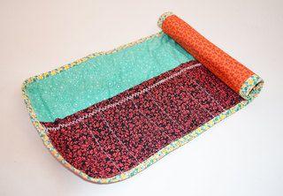 Porta pincéis em tecido com capacidade para 12 pincéis.