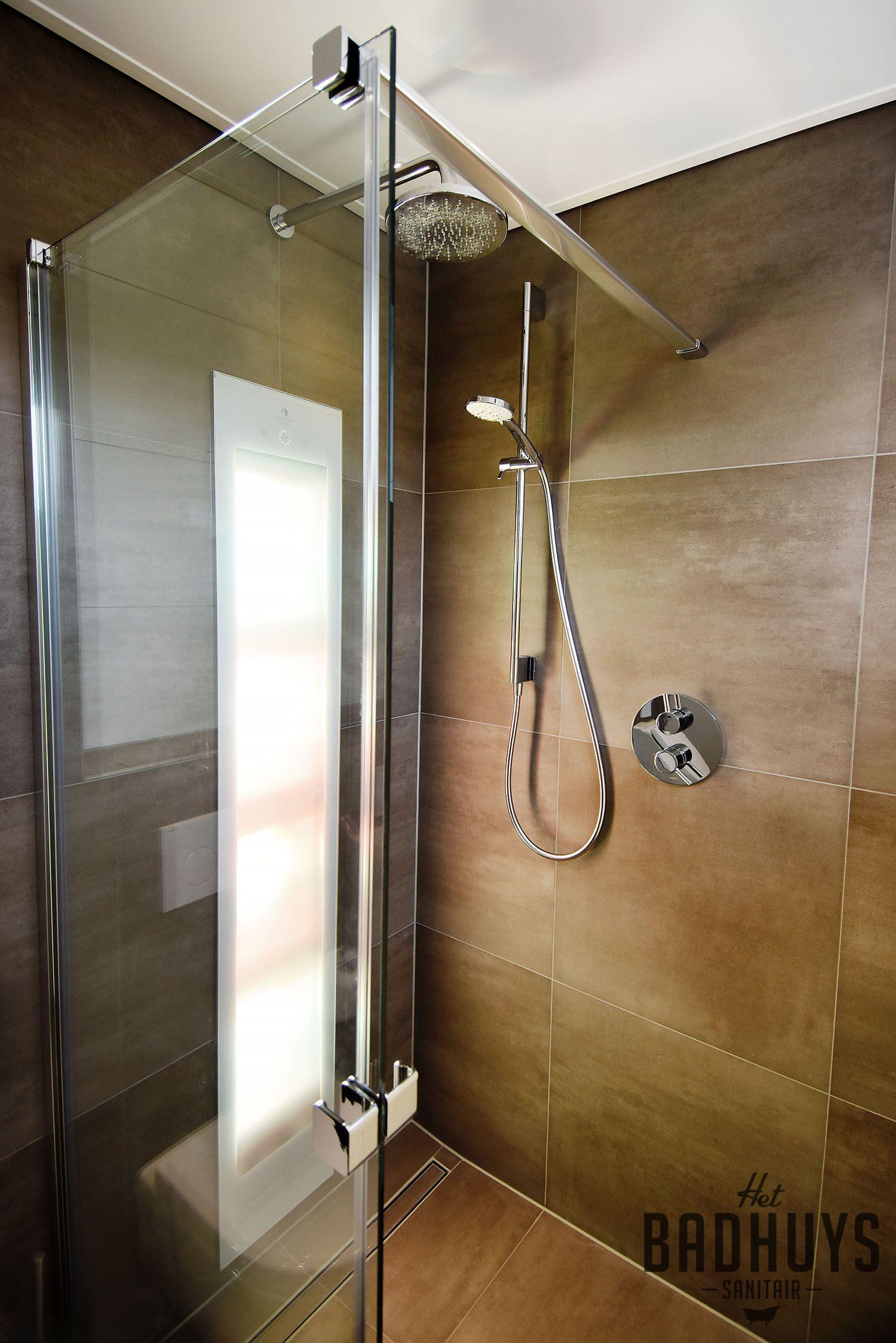 kleine badkamer met urinoir en sunshower het badhuys badkamer