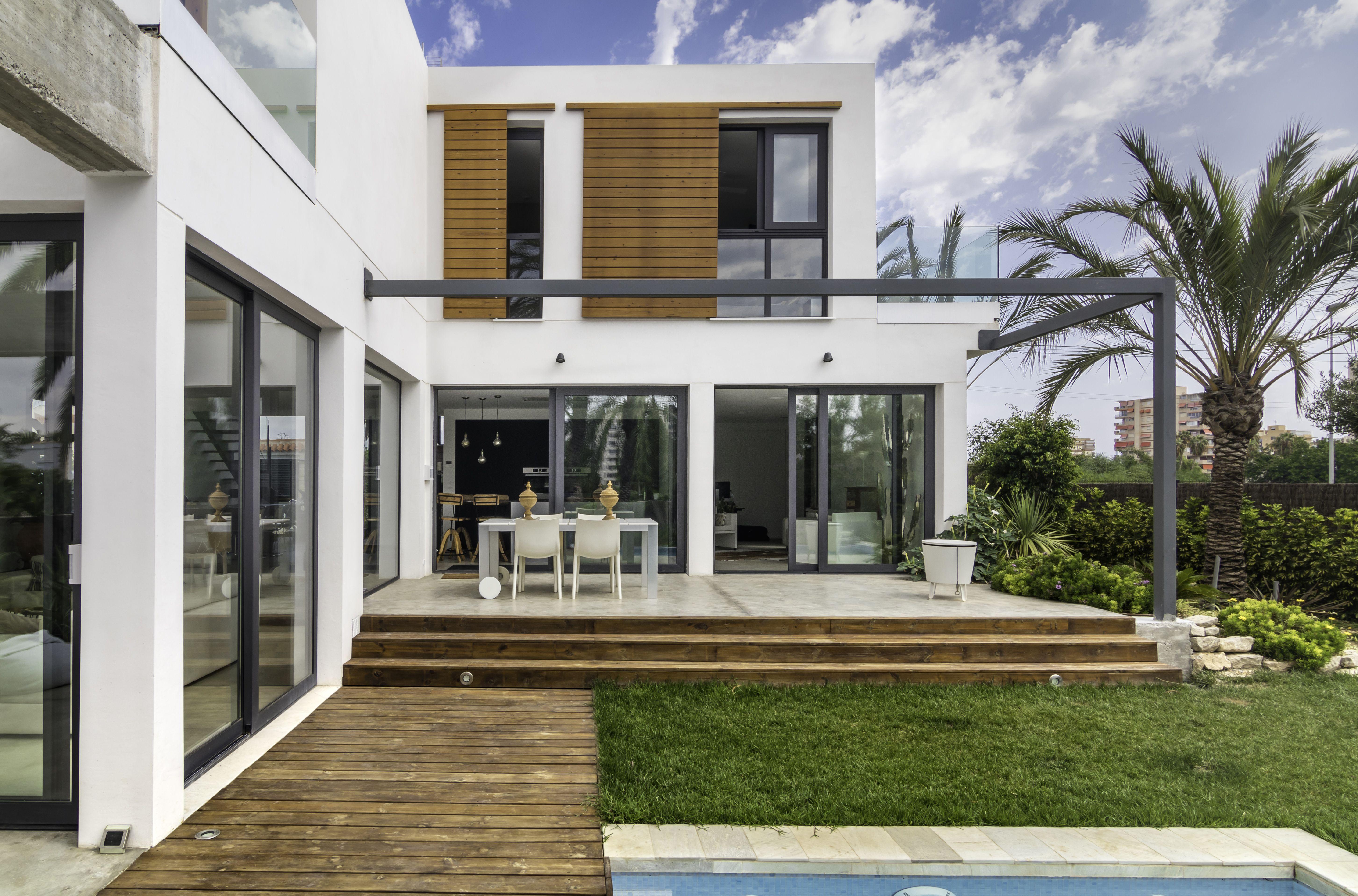 Fachada de monocapa con grandes ventanales en aluminio for Ventanas aluminio gris antracita