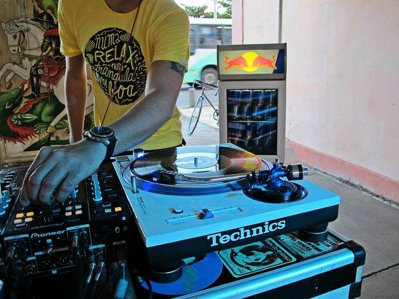 Nas picapes, os DJs mandam um som que vai de soul e funk a samba e hip hop.