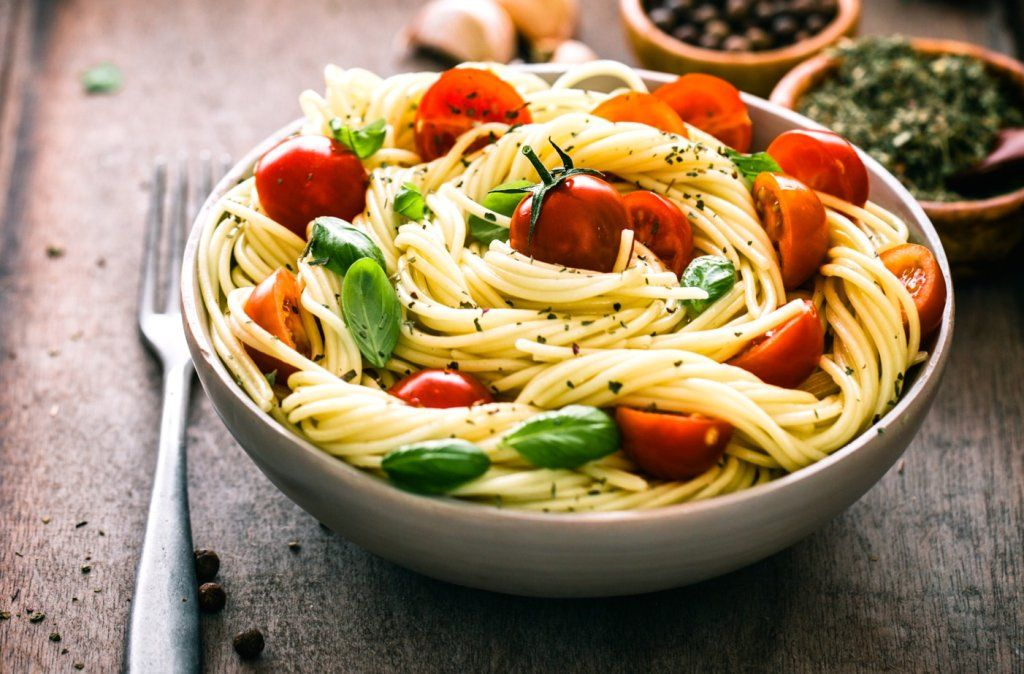 sommerlicher spaghetti salat mit kräuter pesto