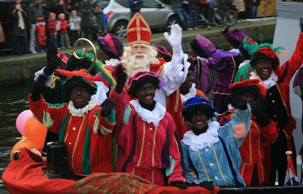 Sinterklaas met zijn Pieten op de stoomboot
