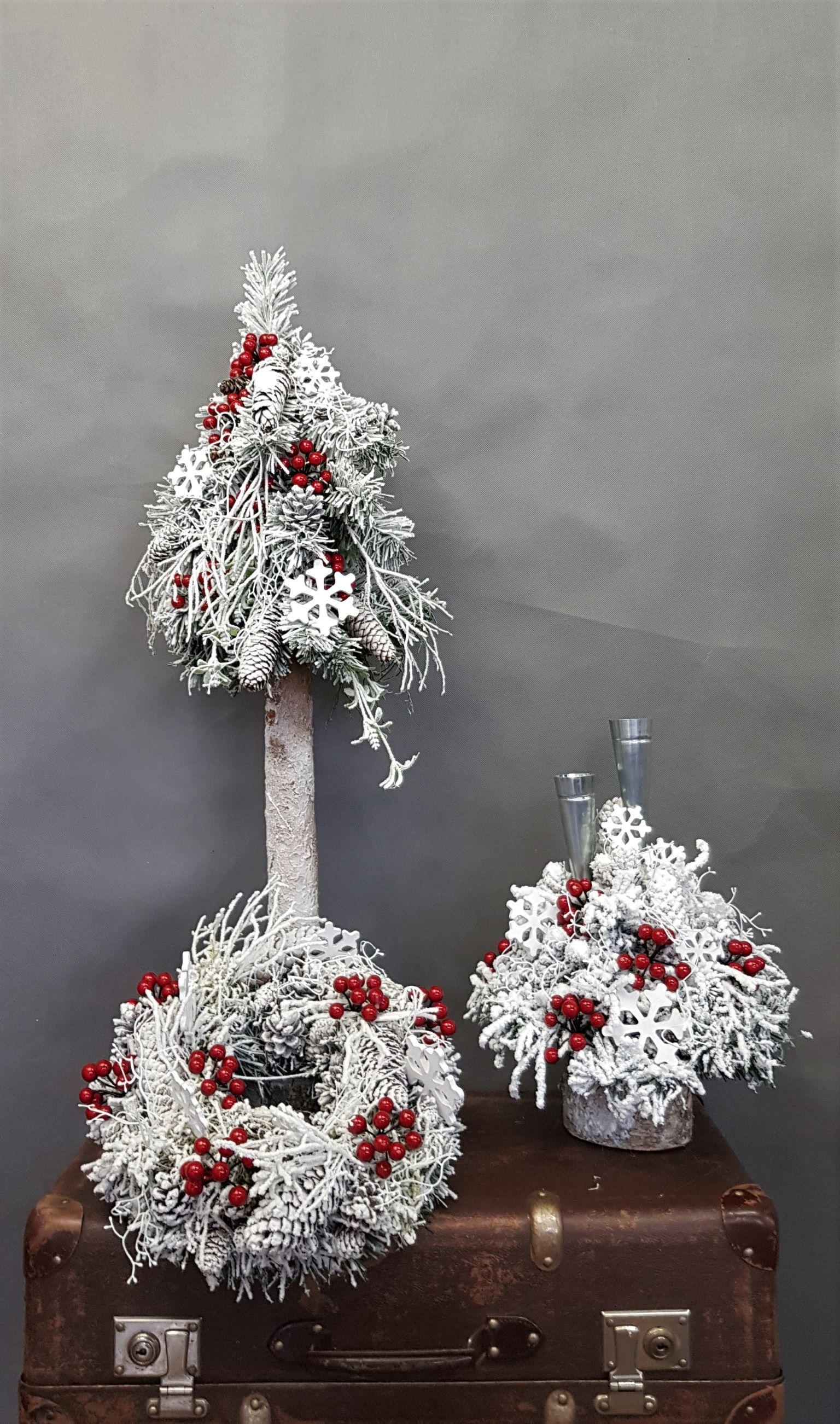 Biale Dekoracje Bozonarodzeniowe Stroik Swiateczny Wianek Bozonarodzeniowy Biala Choinka Na Pniu Christmas Wreaths Holiday Decor Decor