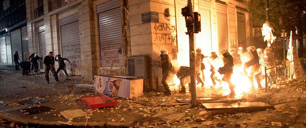 VIOLENCIA EN GRECIA  Manifestantes arrojan bombas contra la policia en jornada violenta en Grecia (12 de febrero de 2012). Vía @La Mula